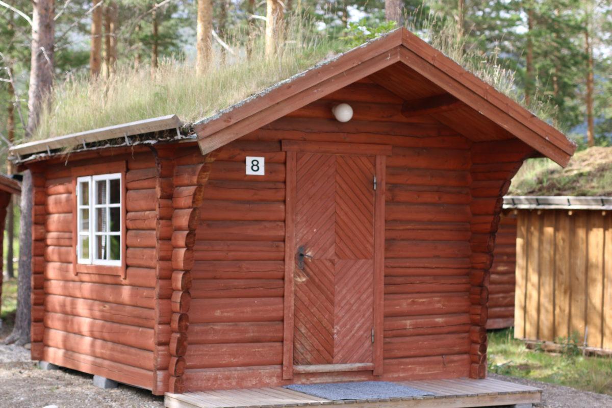 Forsiden av en liten hytte